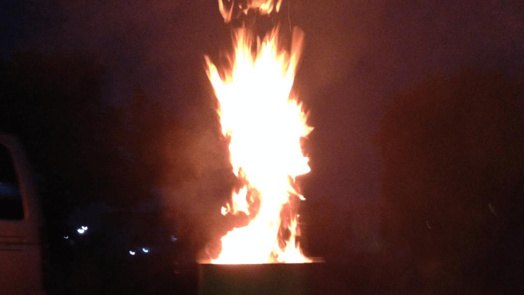 燃え上がるドラム缶