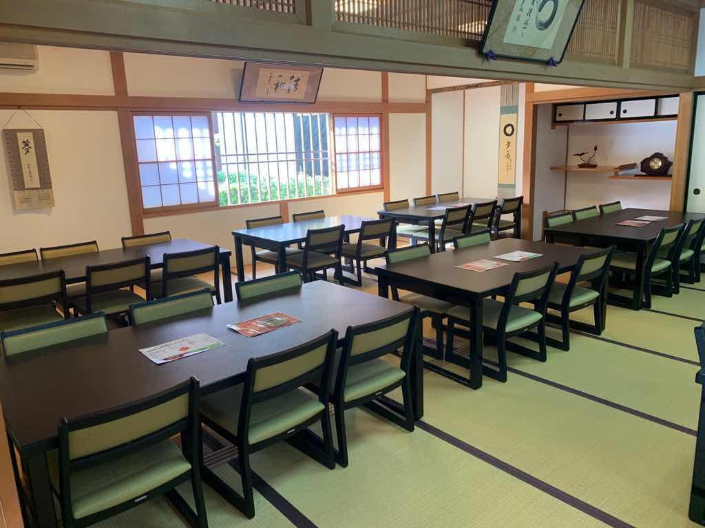 宝徳寺の喫茶処のテーブル席